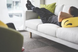 Młody człowiek na kanapie